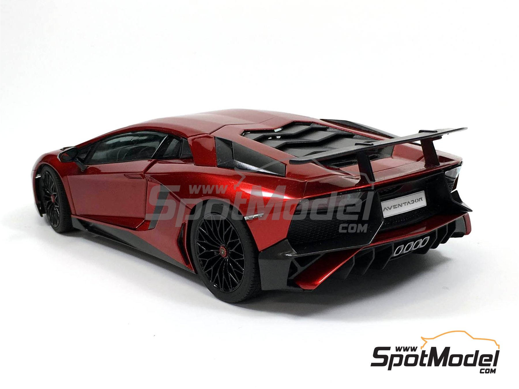 Image 3: Lamborghini Aventador LP750-4 SV | Model car kit in 1/24 scale manufactured by Aoshima (ref. 05121)