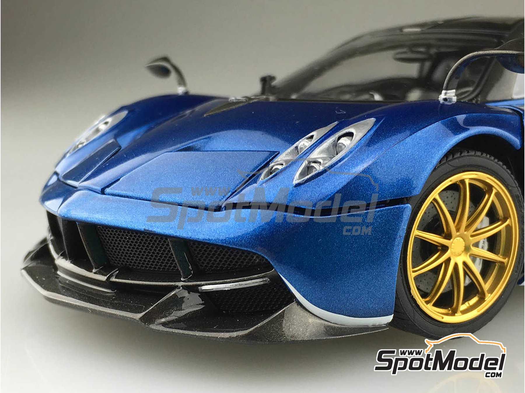 Image 4: Pagani Huayra Pacchetto Tempesta | Model car kit in 1/24 scale manufactured by Aoshima (ref. 05599, also 55991 and 4905083-055991)
