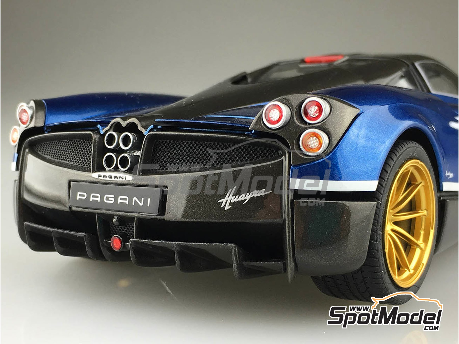 Image 5: Pagani Huayra Pacchetto Tempesta | Model car kit in 1/24 scale manufactured by Aoshima (ref. 05599, also 55991 and 4905083-055991)
