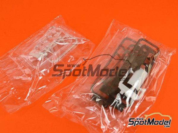 Image 10: McLaren F1 GTR Long Tail EMI Ueno Clinic - 24 Horas de Le Mans 1998 | Maqueta de coche en escala1/24 fabricado por Aoshima (ref.AOS01418)