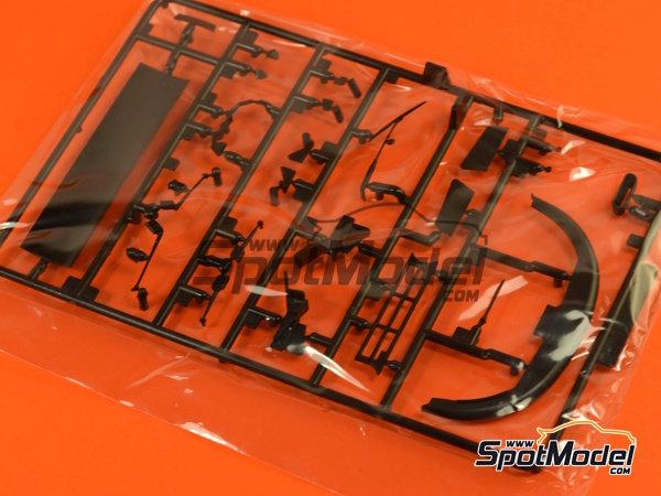 Image 7: McLaren F1 GTR Long Tail Lark - 24 Horas de Le Mans 1997 | Maqueta de coche en escala1/24 fabricado por Aoshima (ref.AOSH-007518)