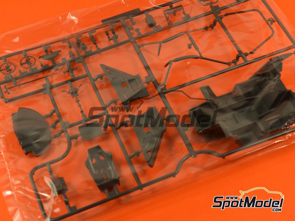 Image 8: McLaren F1 GTR Long Tail Lark - 24 Hours Le Mans 1997 | Model car kit in 1/24 scale manufactured by Aoshima (ref.AOSH-007518)
