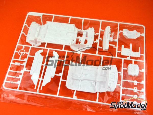 Image 14: Toyota Corolla Levin AE92 Group A -  1988 | Model car kit in 1/24 scale manufactured by Beemax Model Kits (ref. B24010)