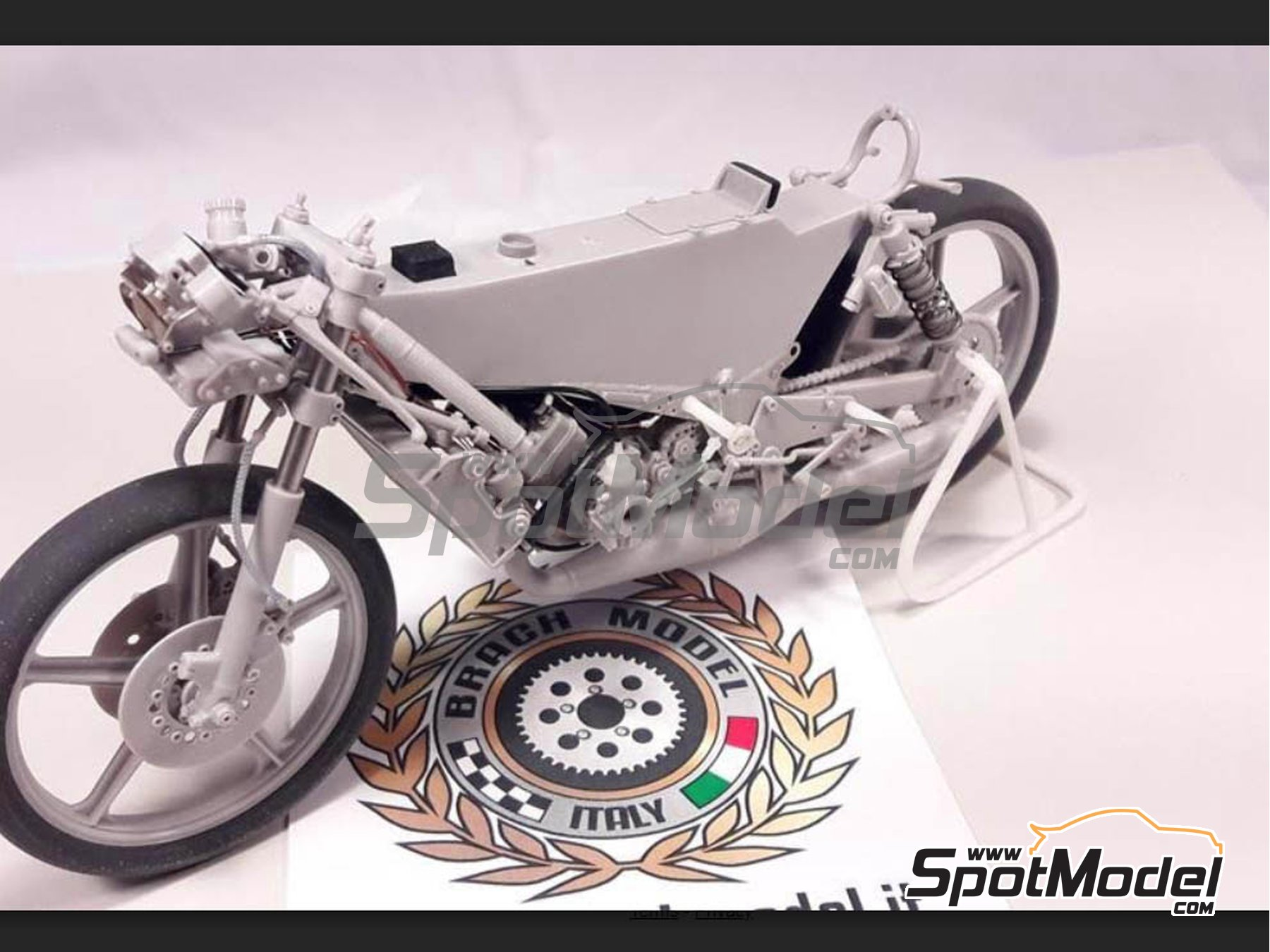 Image 2: Minarelli 125cc - Motorcycle World Championship 1981 | Model bike kit in 1/12 scale manufactured by Brach Model (ref. BM-VR06)