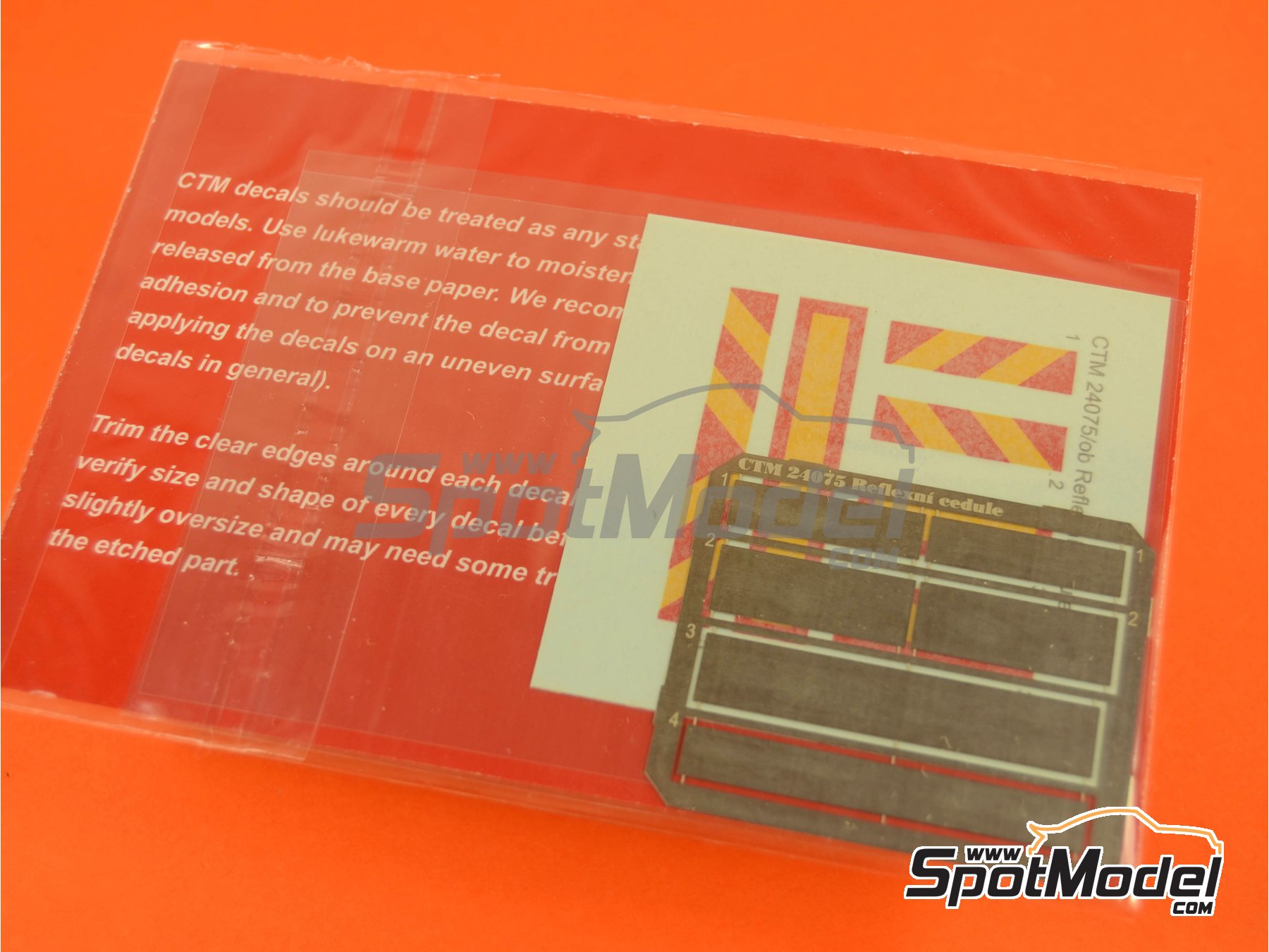 Image 3: Placas reflectantes traseras tipo ECE R 70 | Mejora en escala1/24 fabricado por Czech Truck Model (ref.CTM24075)