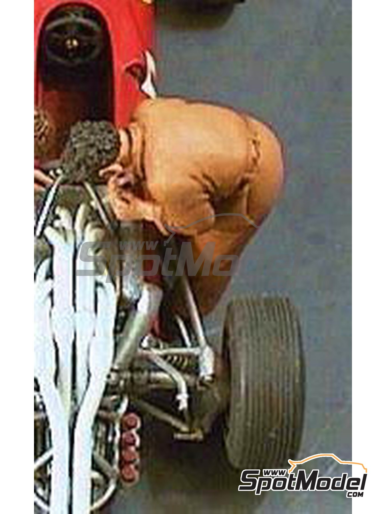 Mechanic bending over engine | Figure in 1/43 scale manufactured by Denizen (ref. RD113) image