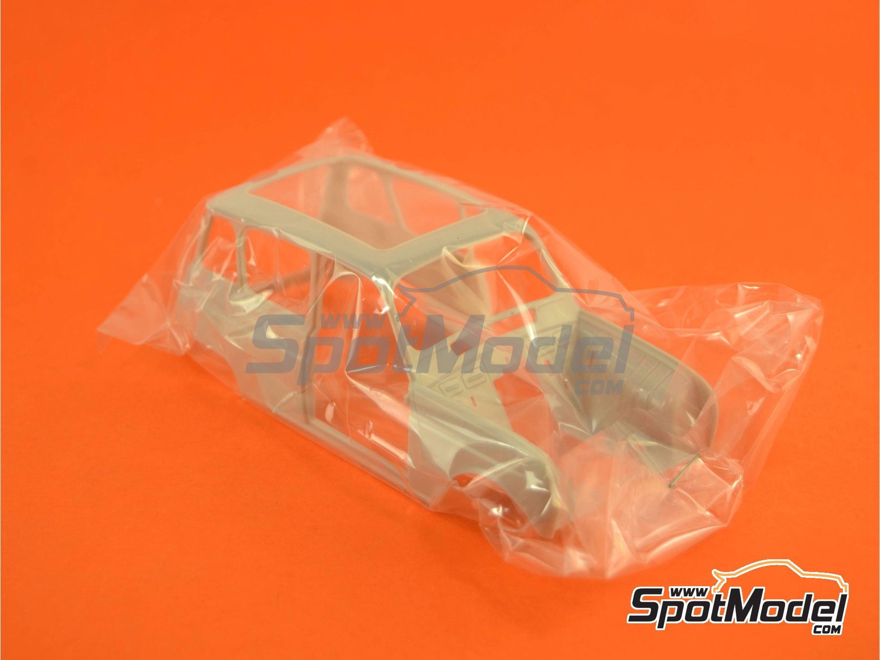 Image 6: Renault 4L | Model car kit in 1/24 scale manufactured by Ebbro (ref.EBR25002, also 25002)