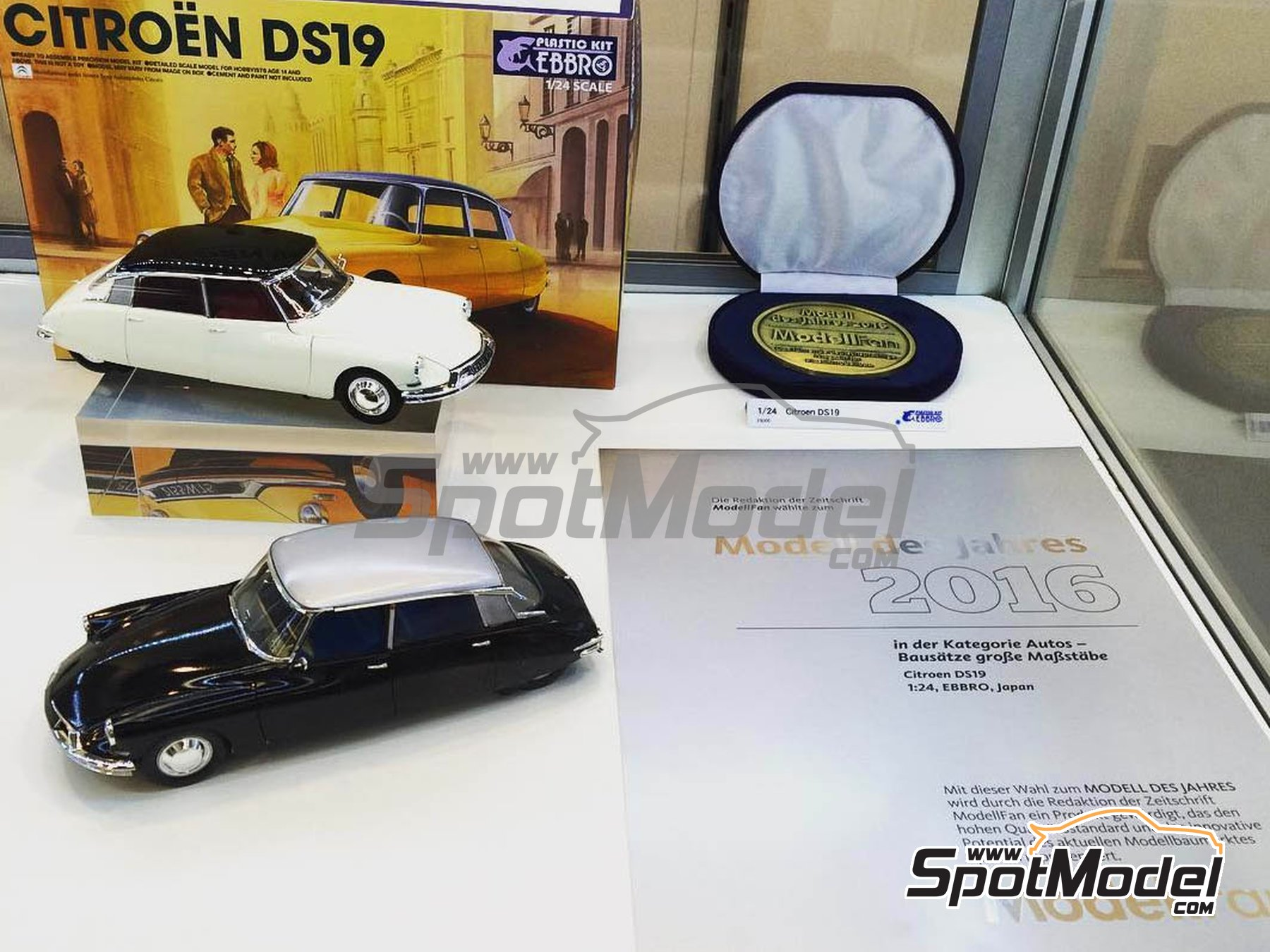 Image 1: Citroën DS19 | Model car kit in 1/24 scale manufactured by Ebbro (ref. EBR25005, also 25005)