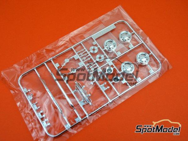 Image 14: Datsun Fairlady SR311 | Model car kit in 1/24 scale manufactured by Fujimi (ref.FJ039695)