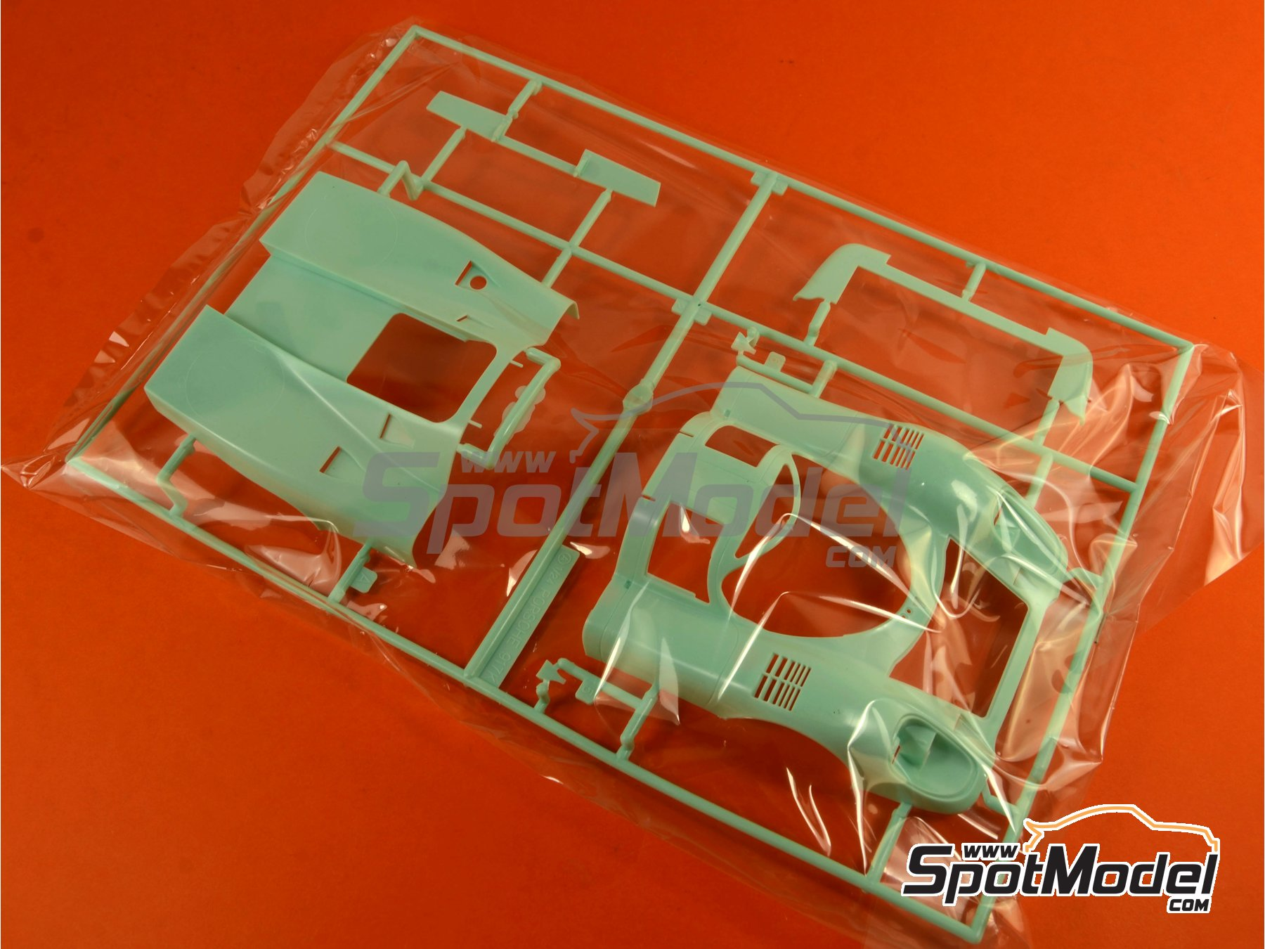 Image 2: Porsche 917K Gulf - 24 Hours Le Mans 1970   Model car kit in 1/24 scale manufactured by Fujimi (ref.FJ126135, also 126135, 12613 and RS-4)