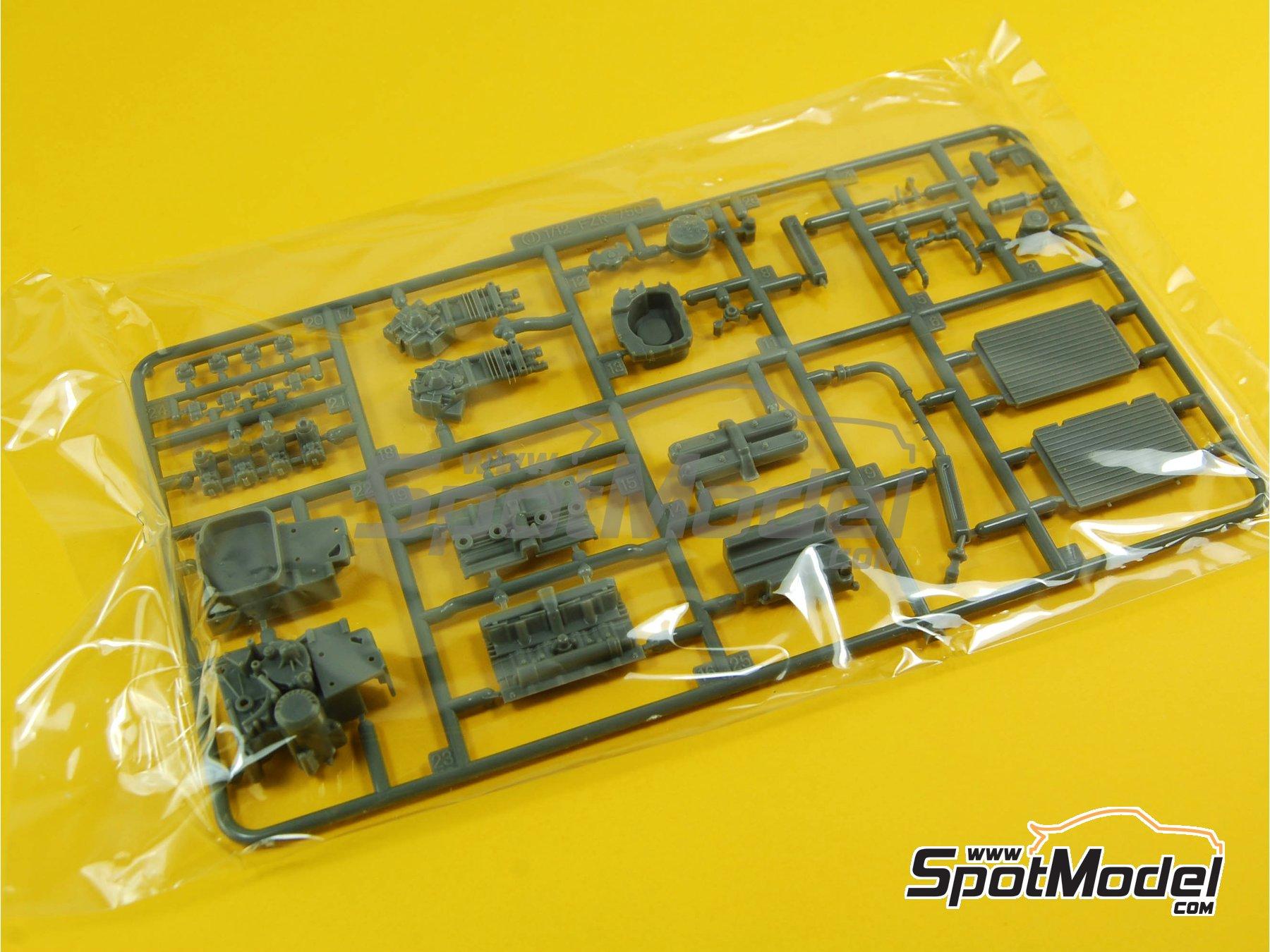 Image 11: Yamaha FZR750 OW74 Sonauto -  1985   Maqueta de moto en escala1/12 fabricado por Fujimi (ref.FJ141428, tambien 141428 y 14142)