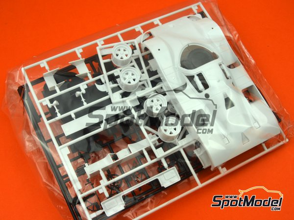 Image 2: Mazda 767B Finish Line - 24 Hours Le Mans 1989 | Model car kit in 1/24 scale manufactured by Hasegawa (ref.20325)