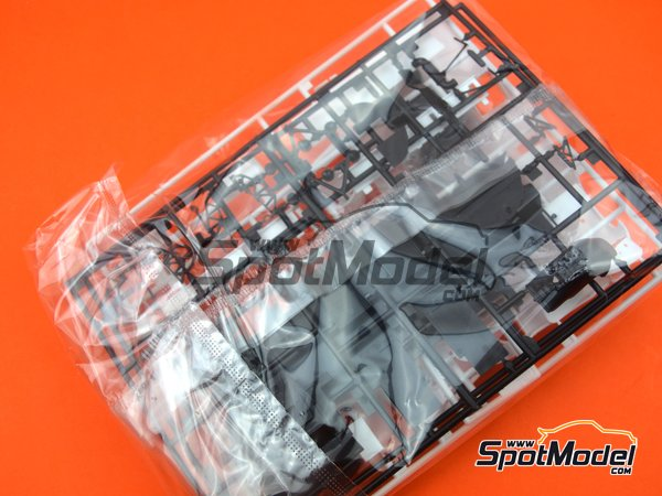 Image 3: Mazda 767B Finish Line - 24 Hours Le Mans 1989 | Model car kit in 1/24 scale manufactured by Hasegawa (ref.20325)