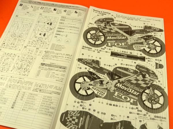 Image 7: Honda NSR250 Telefonica Movistar Repsol - Campeonato del Mundo de Motociclismo 2001 | Maqueta de moto en escala1/12 fabricado por Hasegawa (ref.21502)