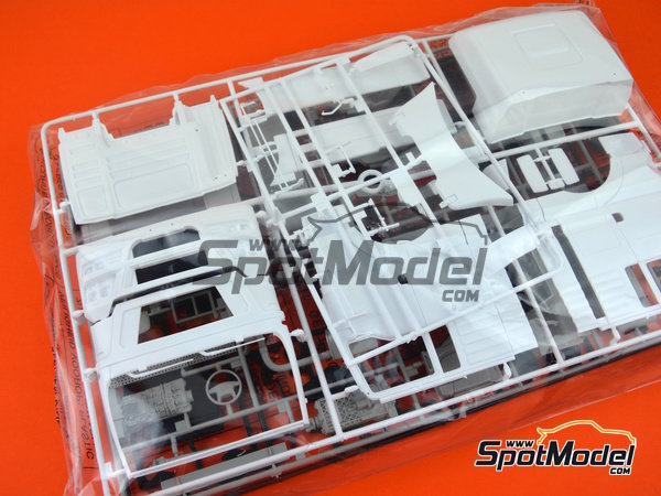 Image 6: Man TGX XXL | Model truck kit in 1/24 scale manufactured by Italeri (ref. 3921)