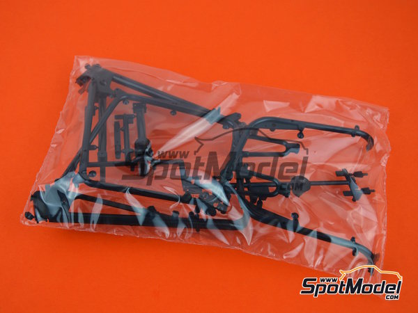 Image 1: Moto Guzzi V850 California | Model bike kit in 1/6 scale manufactured by Italeri (ref.4513)