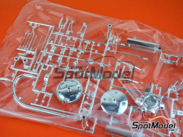 Image 12: Moto Guzzi V850 California | Model bike kit in 1/6 scale manufactured by Italeri (ref.4513)