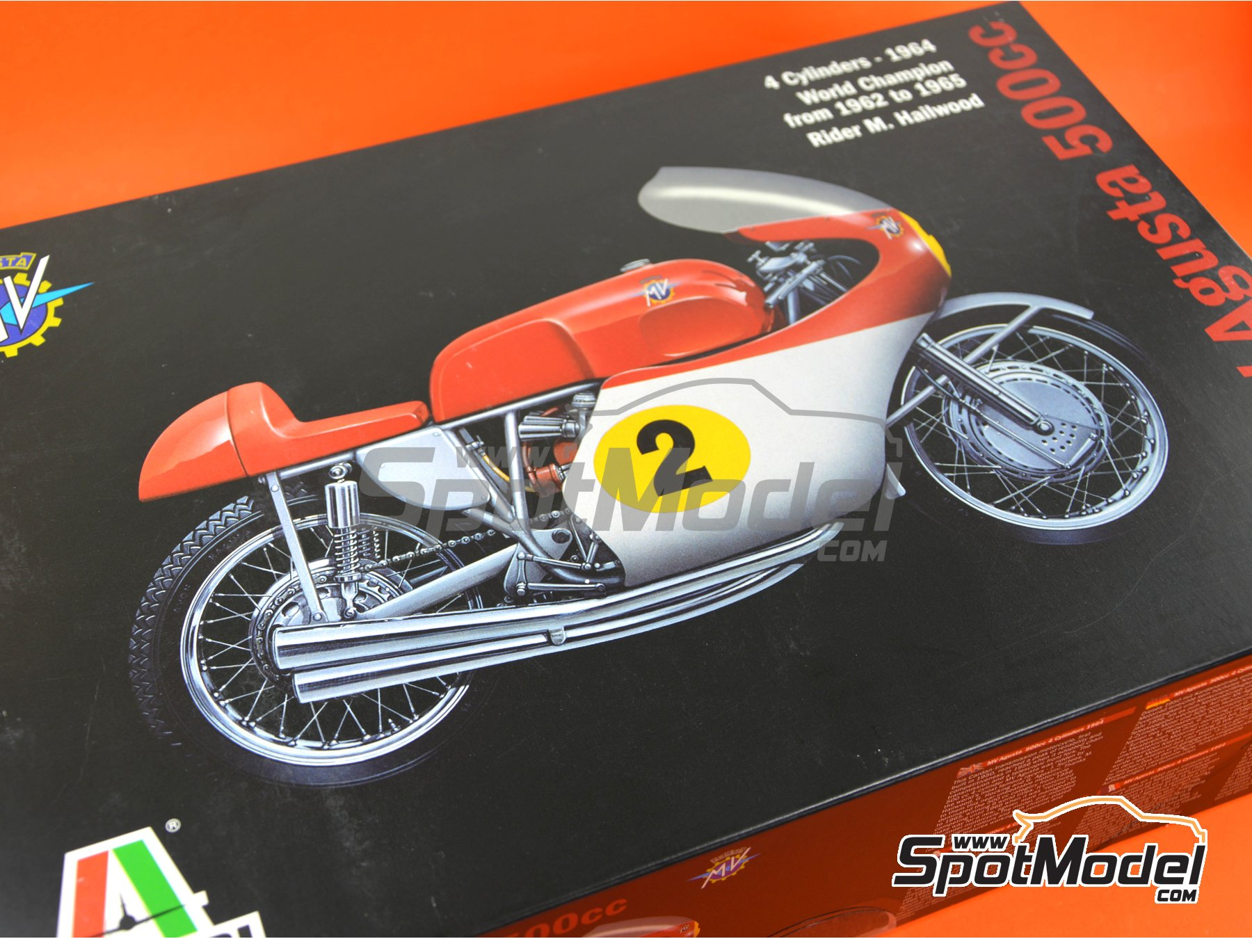 Image 10: MV Agusta 4-Cylinder 500cc - World Championship 1964 | Model bike kit in 1/9 scale manufactured by Italeri (ref. 4630)