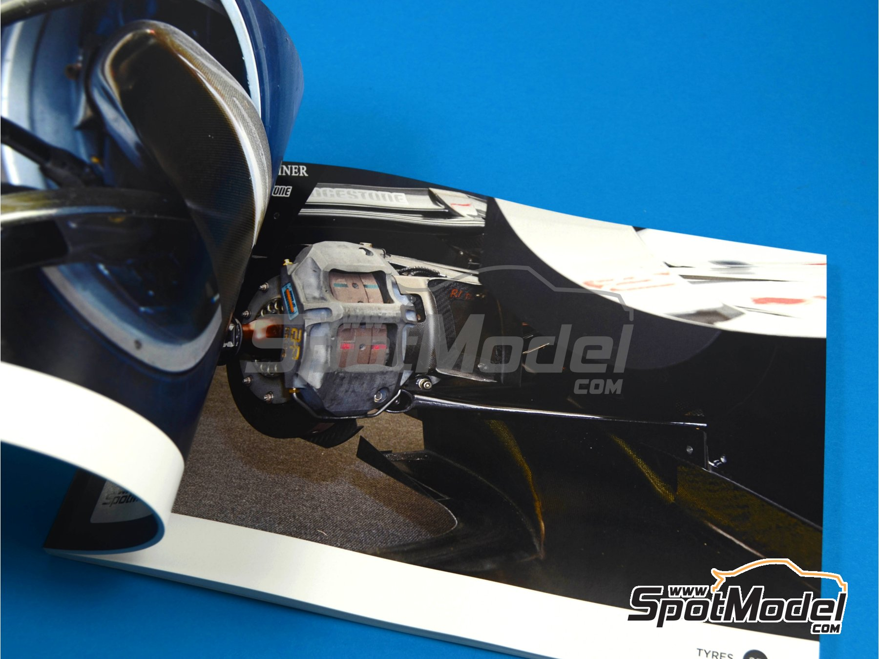 Image 5: McLaren MP4/13 | Reference / walkaround book manufactured by Komakai (ref.KOM-UDG001)