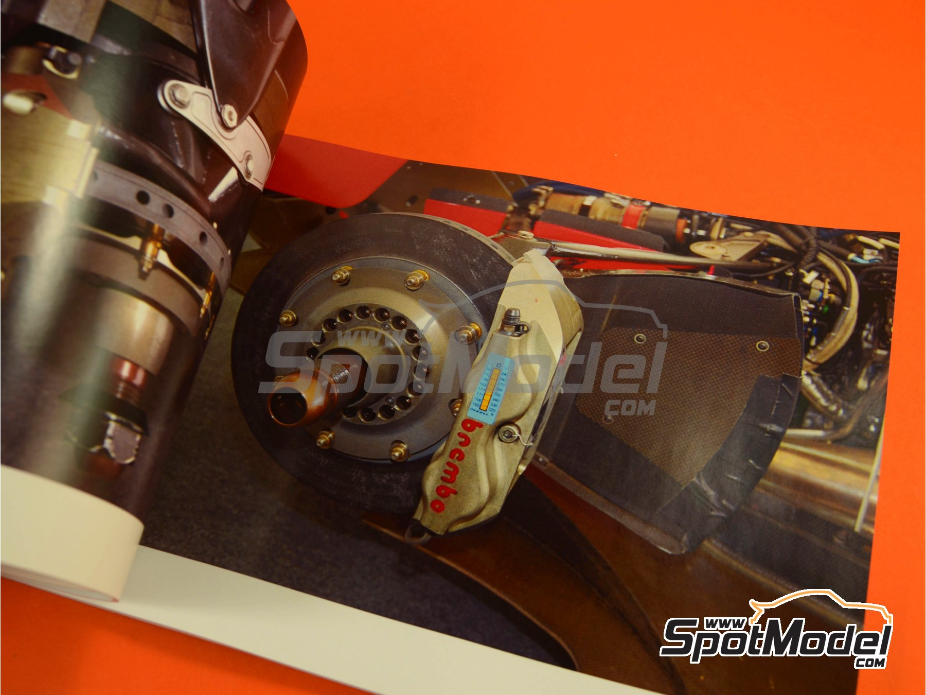 Image 2: McLaren Ford MP4/8 - FIA Formula 1 World Championship 1993 | Reference / walkaround book manufactured by Komakai (ref. KOM-UDG006)