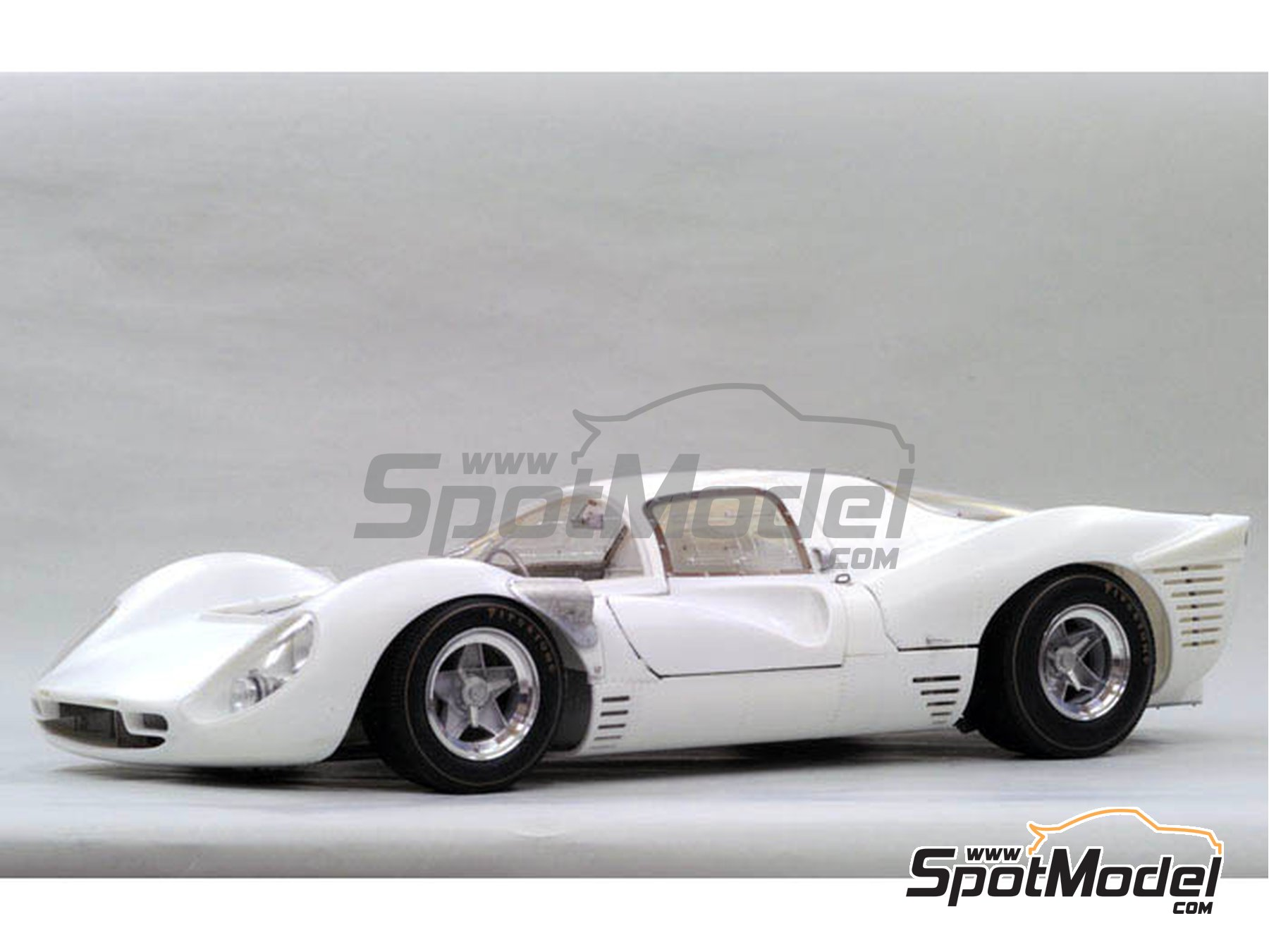 Image 1: Ferrari 330P4 Berlinetta - 1000 Kms Monza, 24 Hours Le Mans 1967 | Model car kit in 1/12 scale manufactured by Model Factory Hiro (ref.MFH-K493, also K-493)
