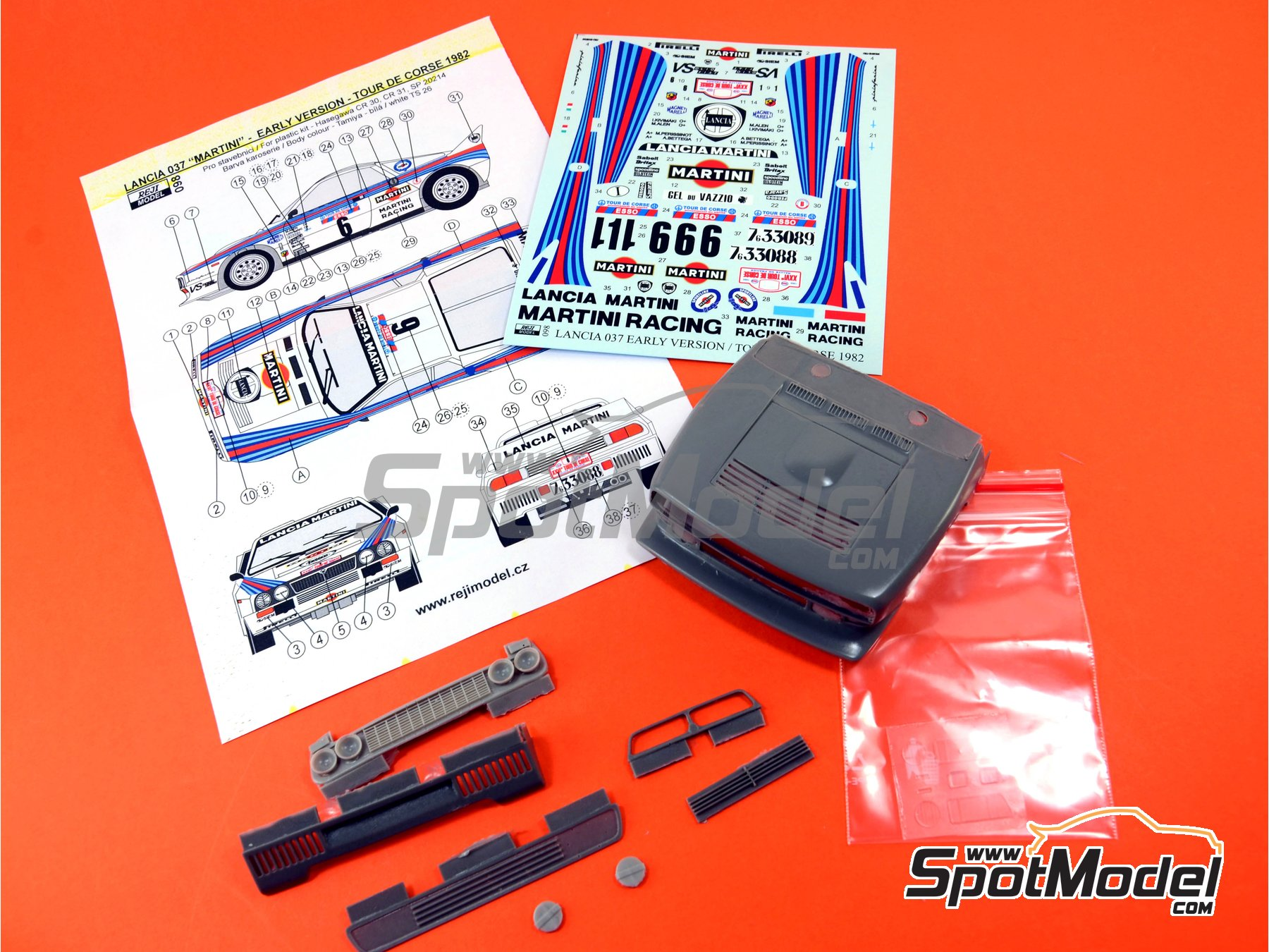 Image 3: Lancia 037 Rally Martini - Rally Tour de Corse 1982 | Transkit en escala1/24 fabricado por Reji Model (ref.REJI-098)