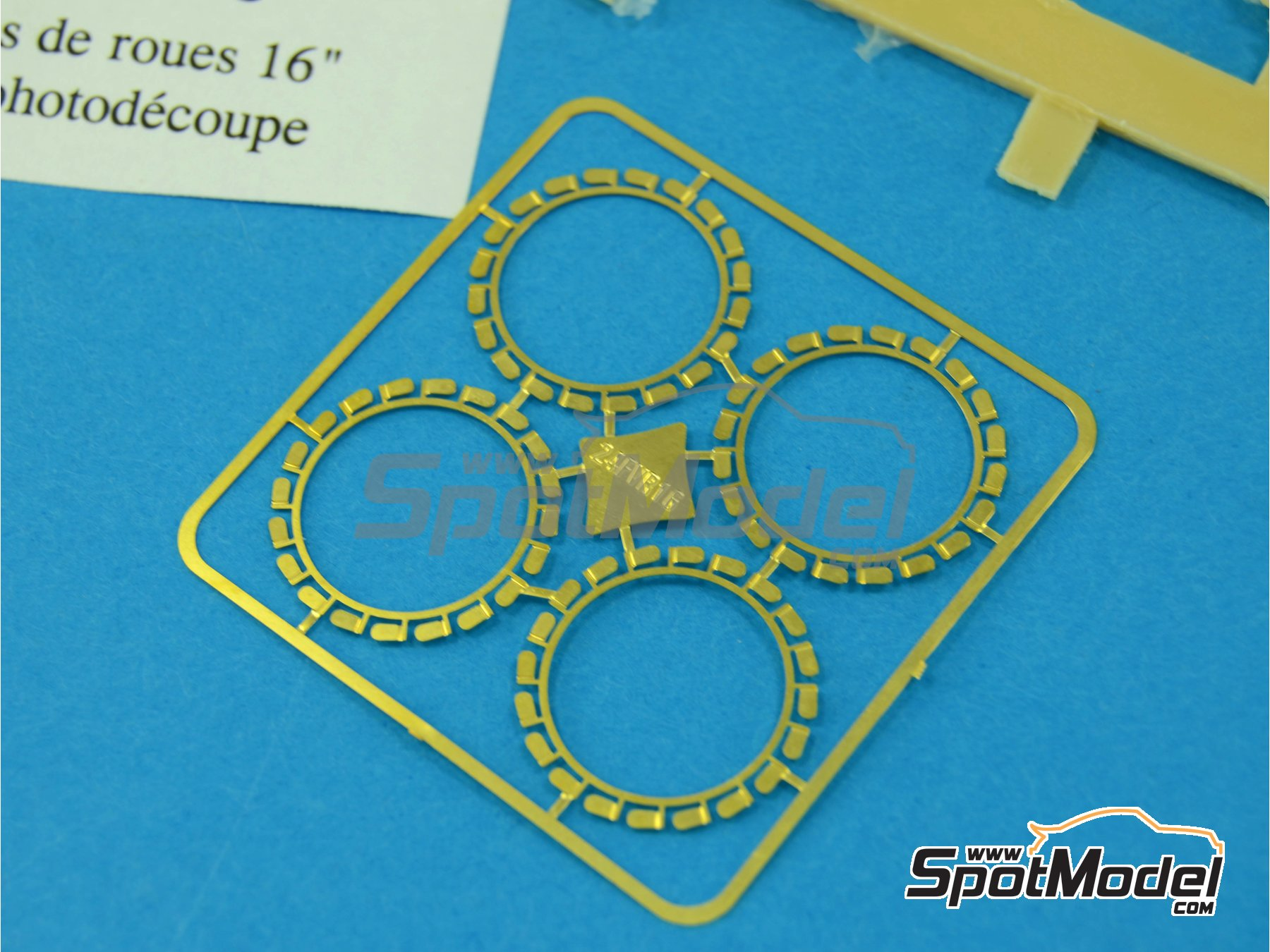 Image 3: Flasques for 16 inches rims | Detail in 1/24 scale manufactured by Renaissance Models (ref.24FVR16)