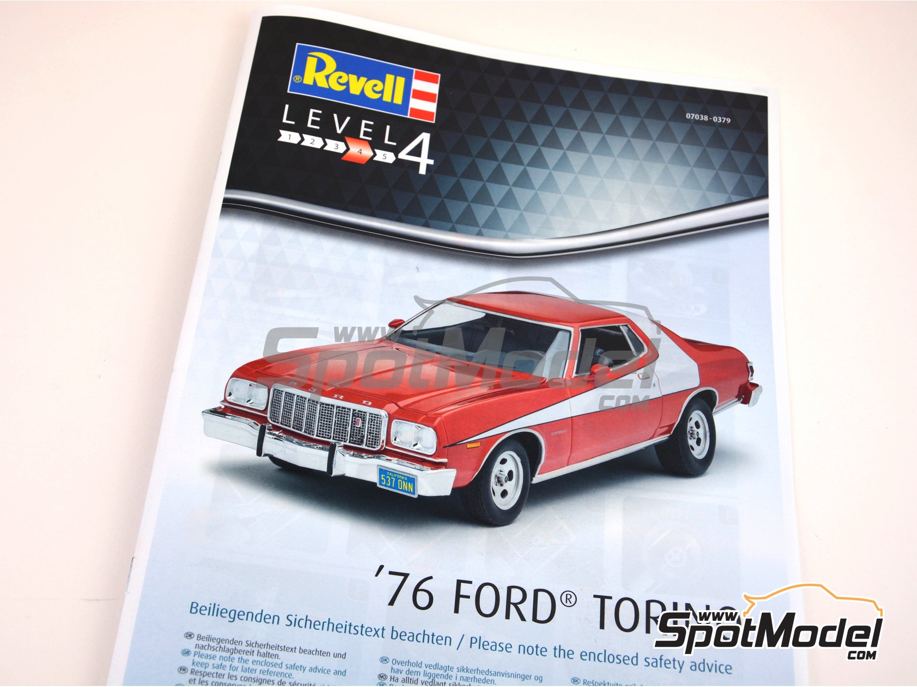 Image 7: Ford Torino -  1976 | Model car kit in 1/25 scale manufactured by Revell (ref. REV07038)
