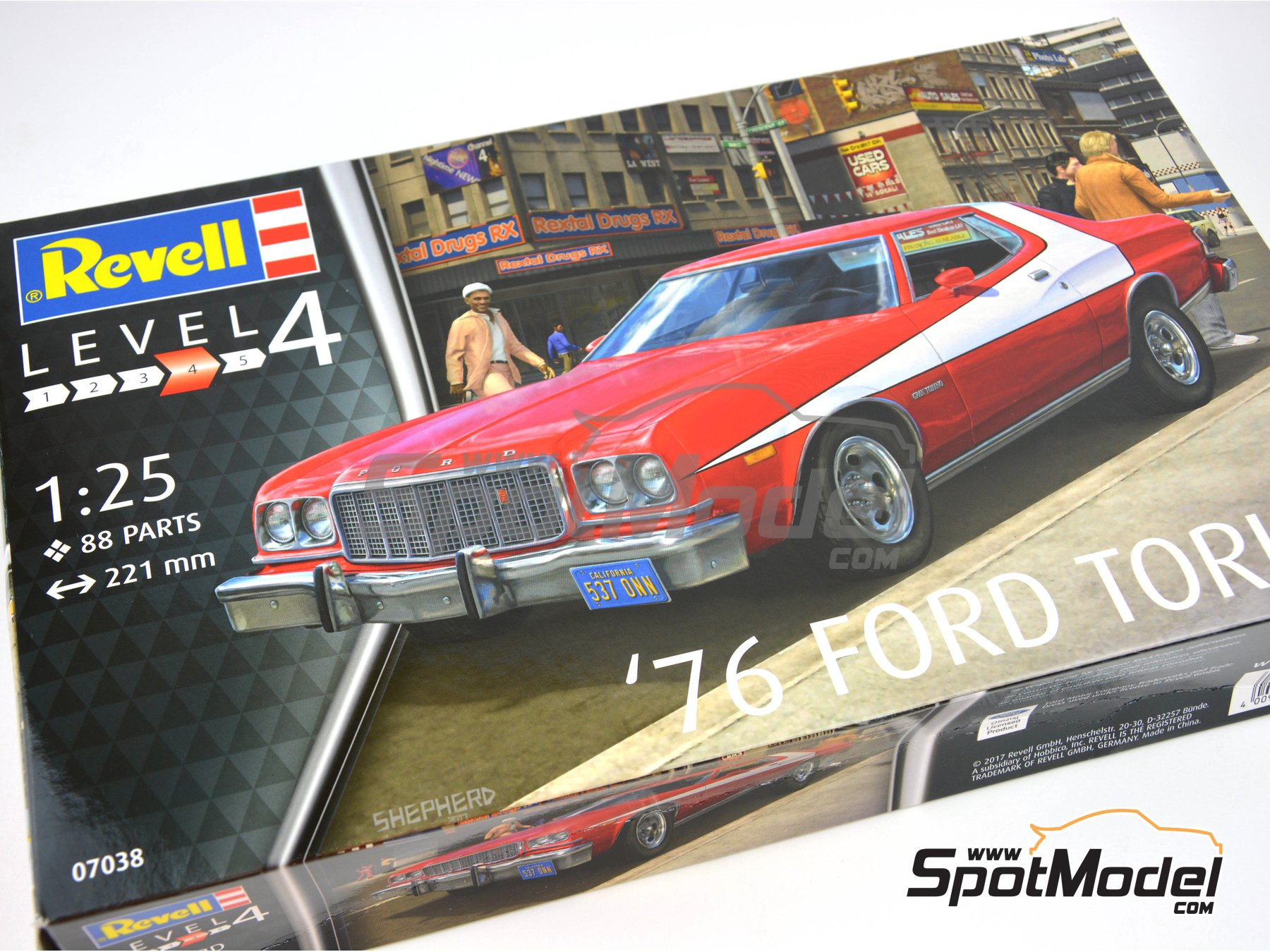 Image 11: Ford Torino -  1976 | Model car kit in 1/25 scale manufactured by Revell (ref. REV07038)