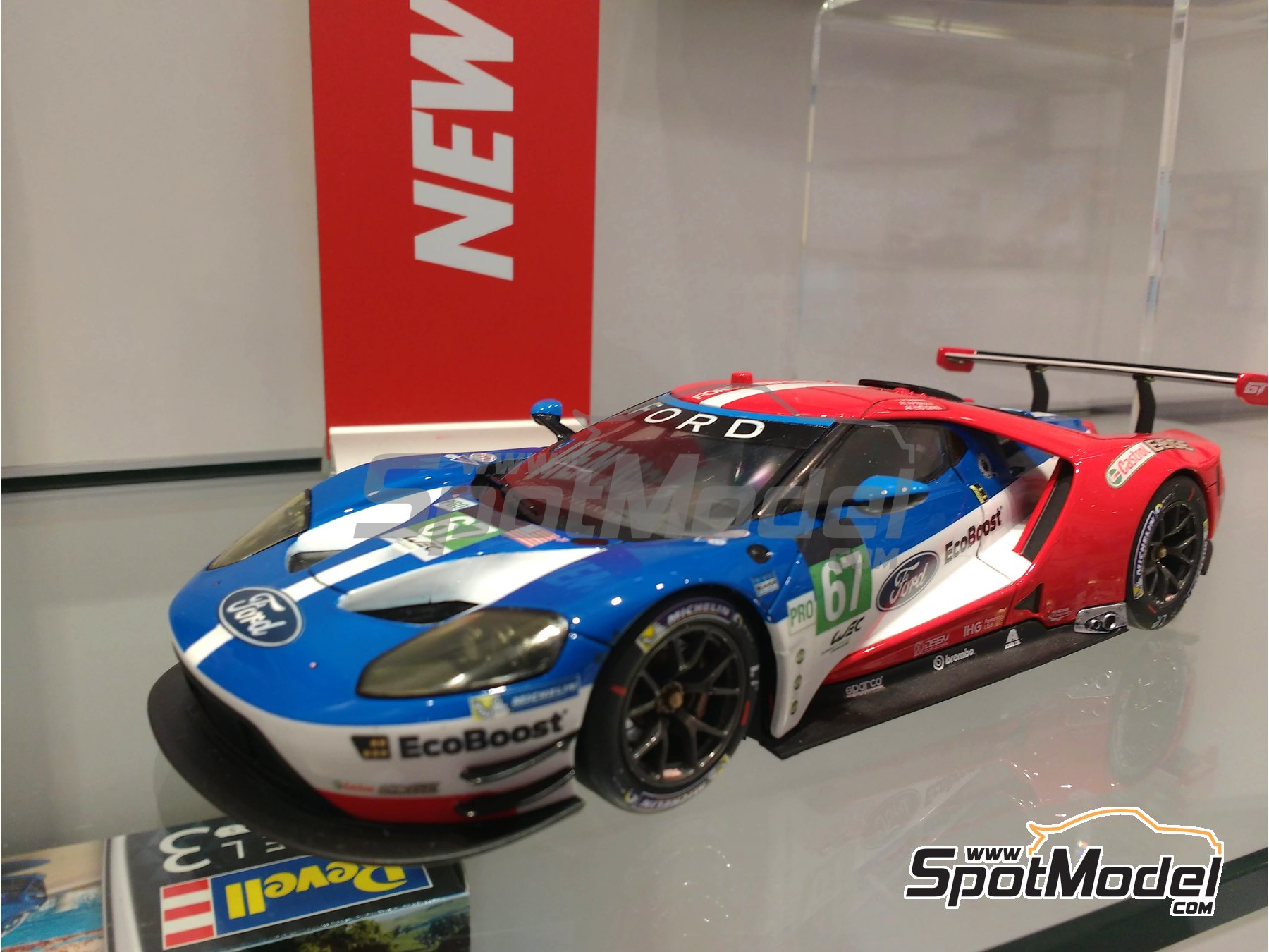 Image 2: Ford GT - 24 Hours Le Mans 2016 | Model car kit in 1/24 scale manufactured by Revell (ref. REV07041)