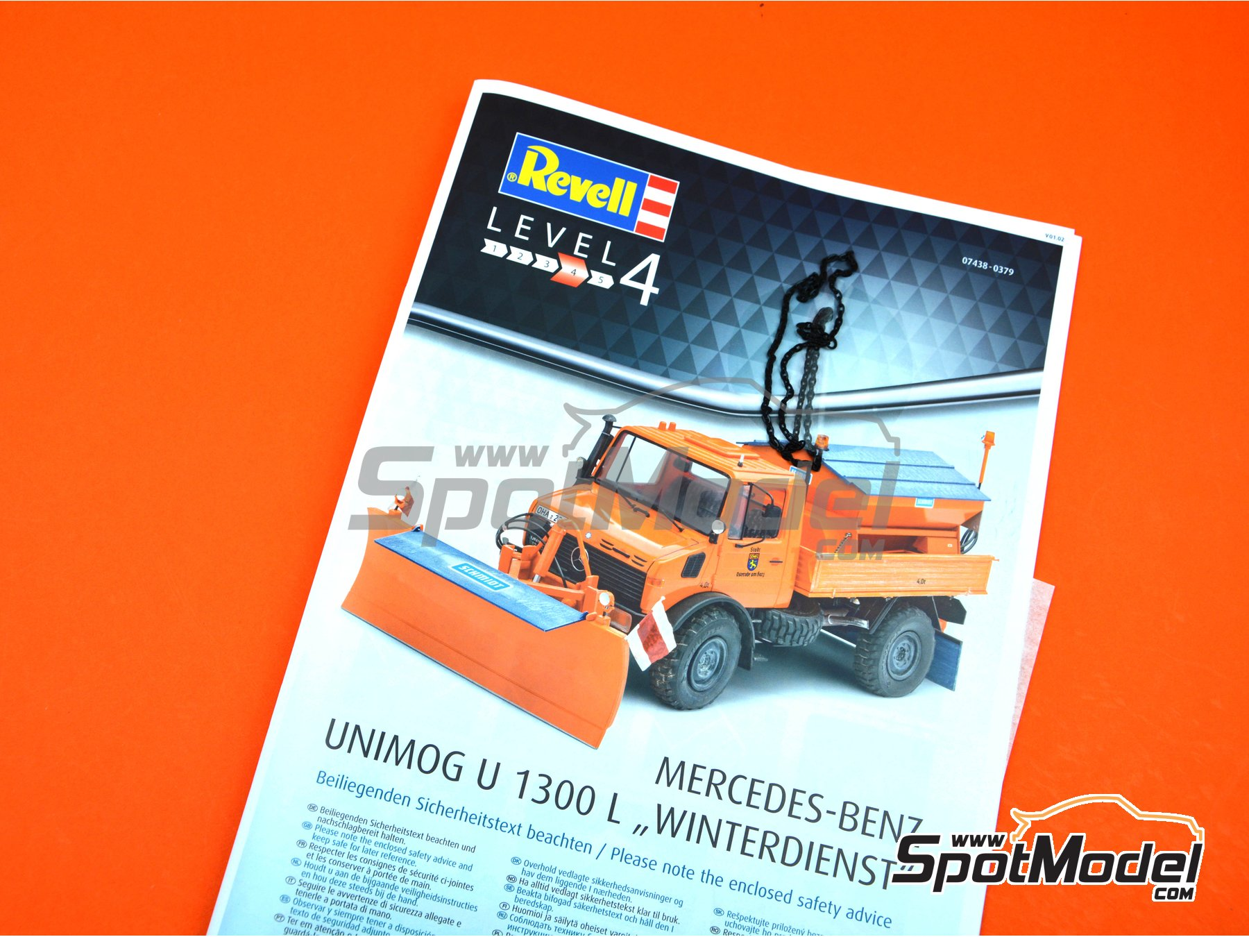 Image 10: Mercedes-Benz Unimog U1300L Winterdienst | Model truck kit in 1/24 scale manufactured by Revell (ref. REV07438)