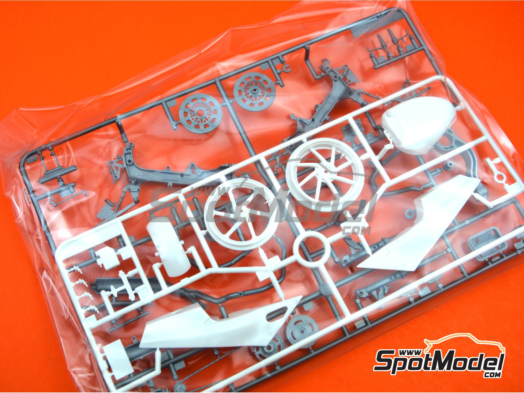 Image 2: Honda VFR750R RC30 | Model bike kit in 1/12 scale manufactured by Tamiya (ref. TAM14057, also 14057)