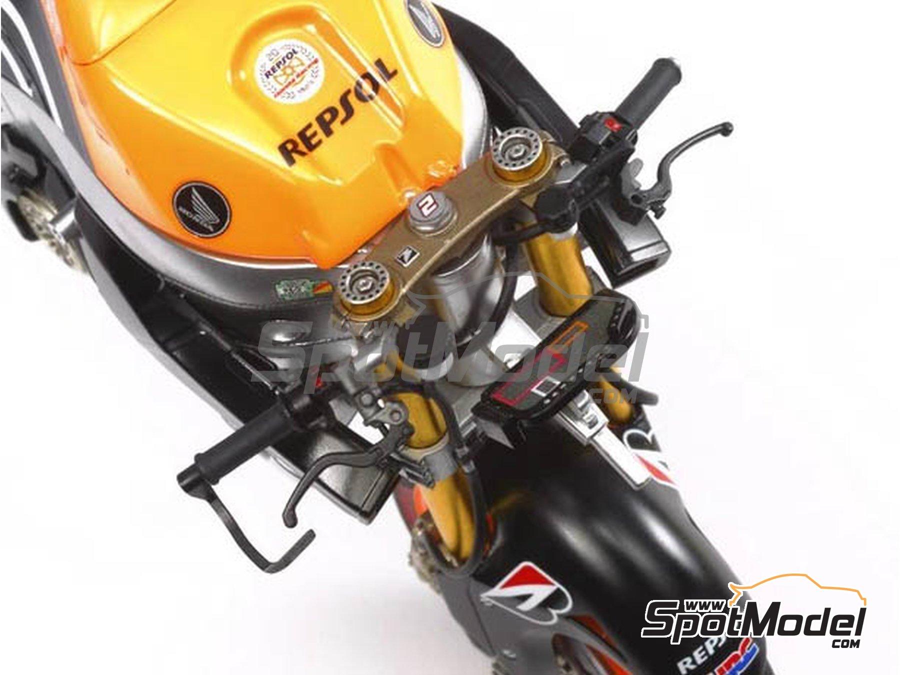 Image 5: Honda RC213V Repsol - Spanish Moto GP Grand Prix 2014 | Model bike kit in 1/12 scale manufactured by Tamiya (ref.TAM14130, also 14130)