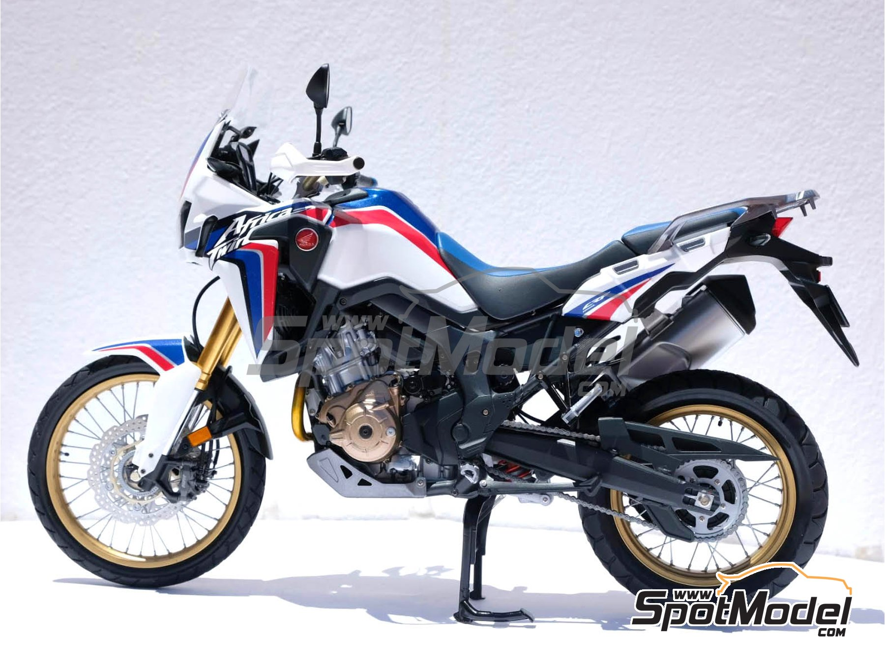Image 25: Honda CRF 1000L Africa Twin Enduro | Model bike kit in 1/6 scale manufactured by Tamiya (ref.TAM16042)