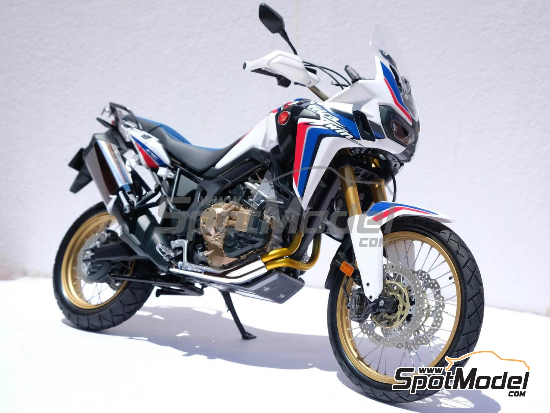 Image 29: Honda CRF 1000L Africa Twin Enduro | Model bike kit in 1/6 scale manufactured by Tamiya (ref. TAM16042, also 16042)