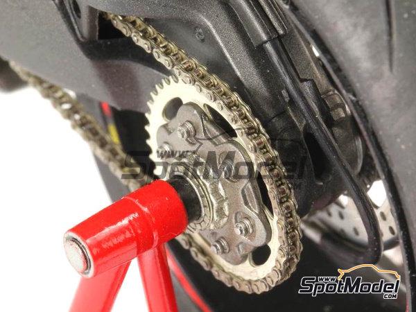 Image 3: Ducati 1199 Panigale S | Cadena en escala1/12 fabricado por Top Studio (ref.TD23142)